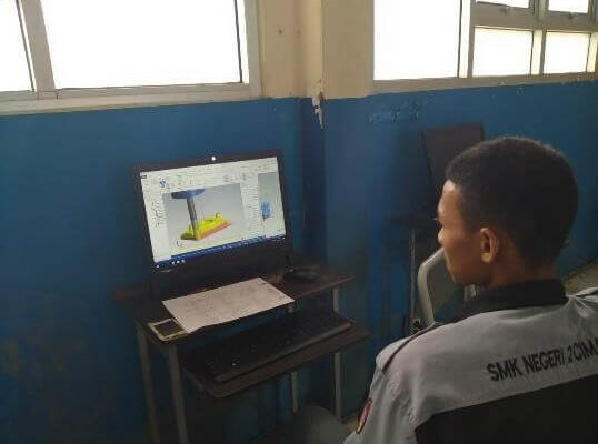 kegiatan praktek pemesinan di SMK Negeri 2 Cimahi